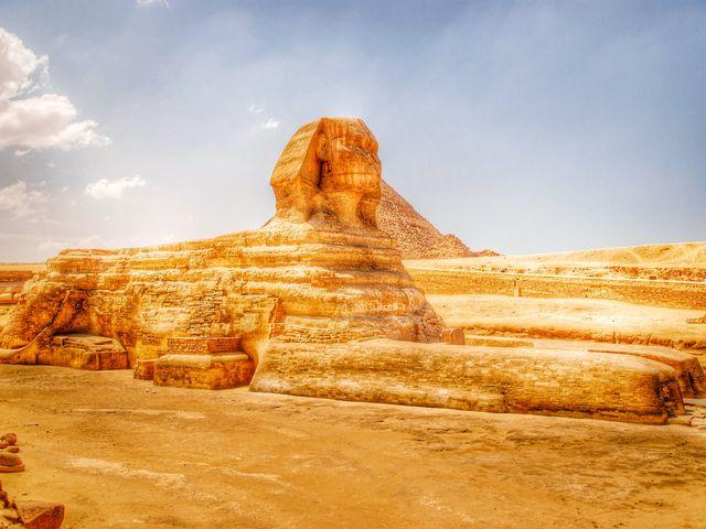 位于吉萨高原上的考古遗址,其中包括三座金字塔,一个名为狮身人面像的