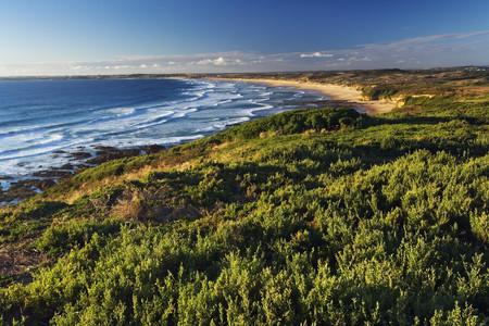 <澳大利亚-凯恩斯-墨尔本12日游>澳航含WIFI,2晚五星,歌剧院入内,十二门徒,大堡礁,喂塘鹅观海豚,抱考拉,萤火虫洞,企鹅岛直升机体验