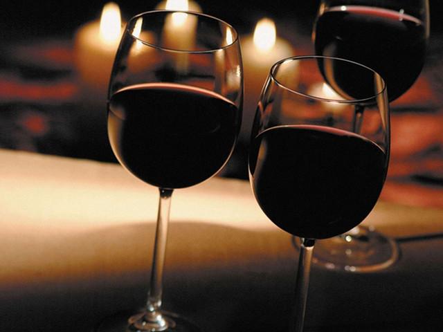 品尝清香的葡萄酒