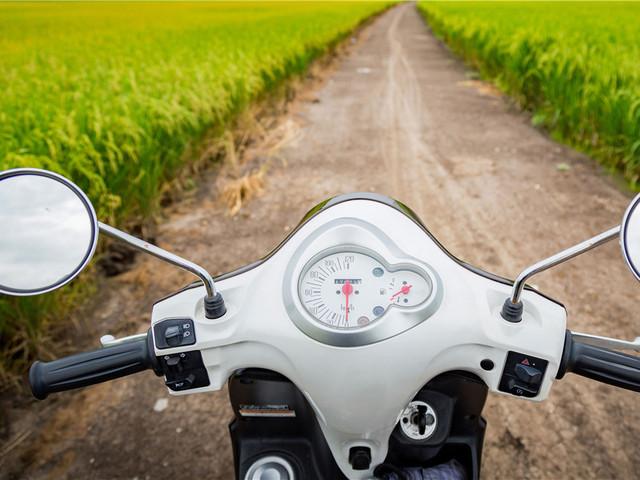 骑着摩托穿梭驰骋