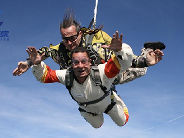 <中国广东广州罗定4000米跳伞>国内高空跳伞双人跳伞外教全程拍摄