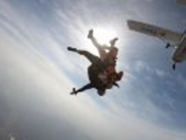 <浙江安吉天子湖熊猫跳伞基地 高空跳伞体验>【万英尺高空自由飞翔+勇者挑战体验 感受自由落体的刺激】