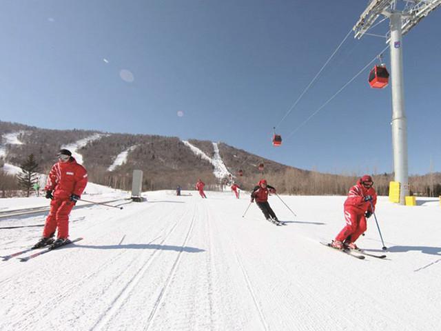 <哈尔滨亚布力滑雪场门票(新濠阳光度假村)>高山滑道 供暖箱式缆车 不同等级雪道17条