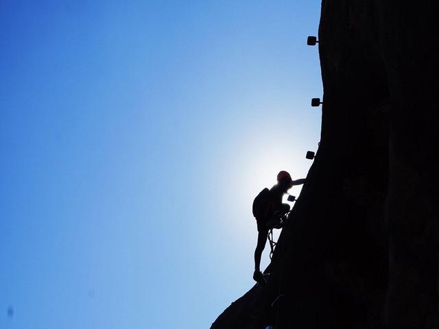 <清远马头山1日游>徒步清远小丹霞马头山,挑战岭南攀岩飞拉达
