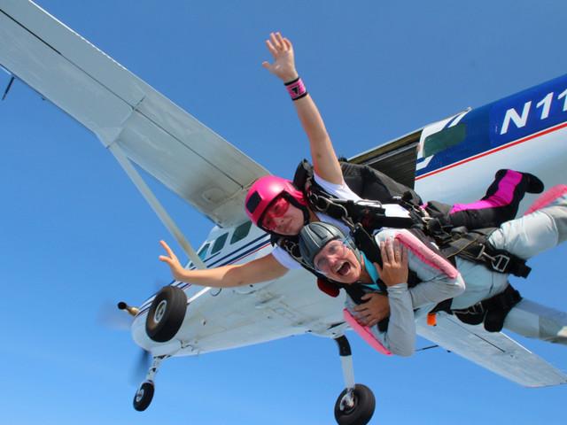 <芭提雅TANDEM SKYDIVING极限跳伞一日游 泰国旅游芭堤雅自>芭提雅跳伞 高空飞翔 泰国自由行