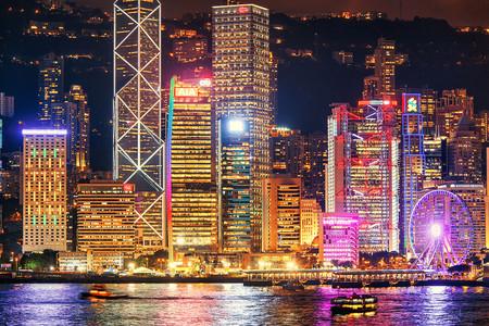 <香港2日游>深圳出发,亲子香港迪士尼和海洋公园,尖沙咀海港城,尝香港本地粤式风味餐,观维港幻彩灯光秀,2成人1张上网电话卡,香港可拼住