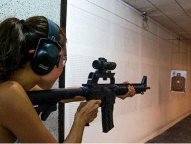 <菲律宾长滩岛自由行室内实弹射击>真枪打靶 自由行玩乐