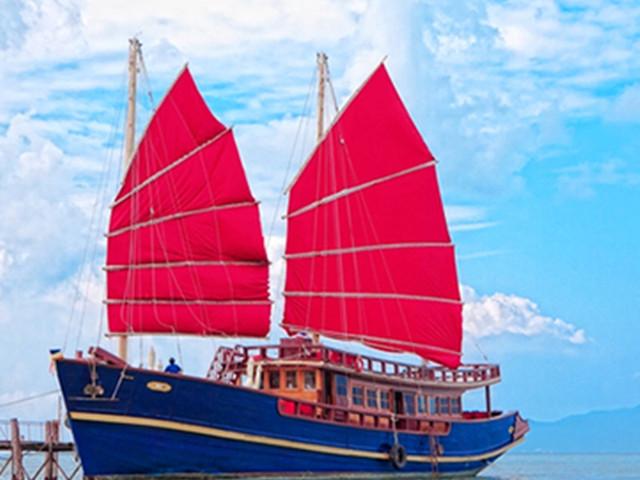 <【苏梅岛】红男爵号复古红帆船 一日游 出海日落之旅>天后挚爱,浪漫唯美的复古红帆船 红木帆船提供欢饮茶,开胃菜,丰富的自助餐,新鲜的水果,各类小吃饮料