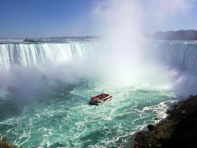 <多伦多出发尼亚加拉瀑布一日游>瀑布大电影 天虹塔 瀑布观景船 加拿大冰酒厂