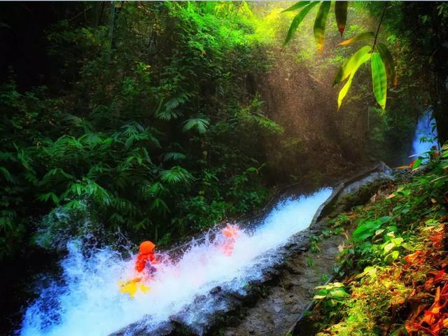 <清远1日游>清泉湾纯玩1天直通车,高空玻璃河道漂流、竹林漂流、动感水城,参团漂流含矿泉水一支、雨衣一件