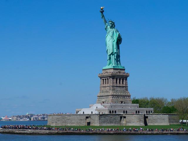 <美国纽约曼哈顿市区包车一日游>乘船眺望自由女神岛+游览华尔街+联合国总部+第五大道+时代广场,司导专车服务7座15座车型任选